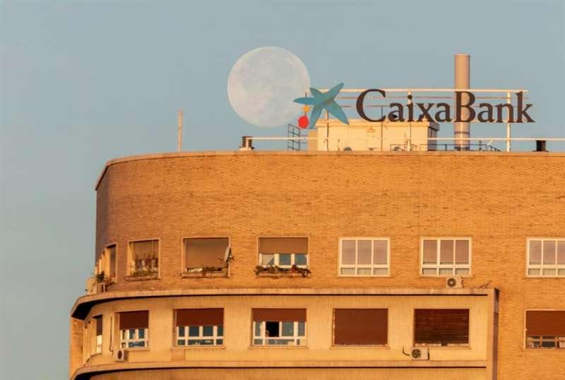 Vista de un cartel publicitario de CaixaBank en un edificio. EFE