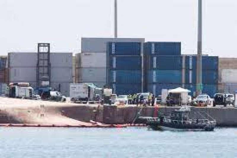 Equipos de rescate buscando al estibador desaparecido en el Puerto de Castelló.