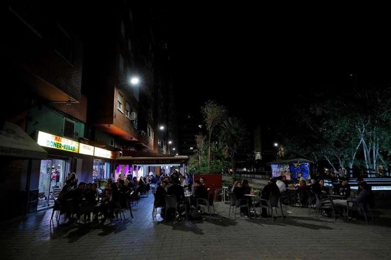 Decenas de jóvenes apuran sus bebidas y los últimos minutos, en una conocida zona de ocio de València. EFE