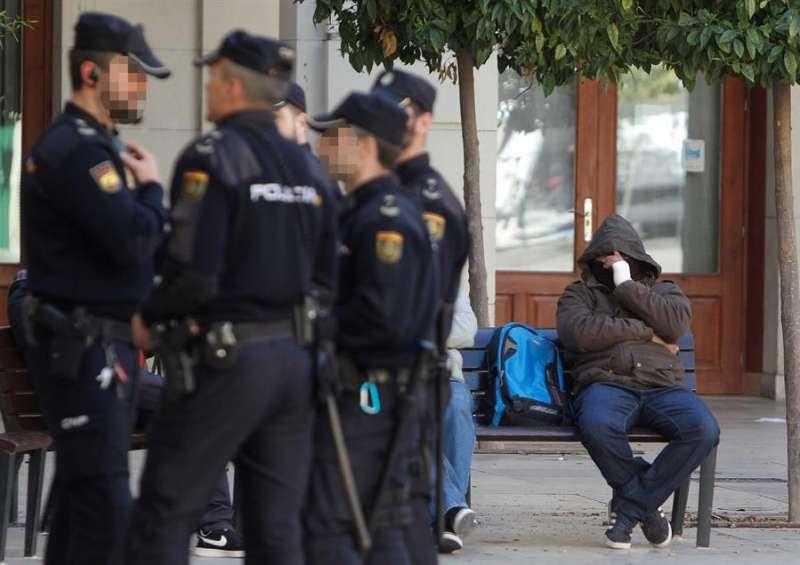 Imagen de archivo de unos policías a las puertas de la Audiencia Provincial de Alicante. EFE/MORELL