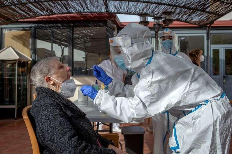 Dos profesionales sanitarias realizan una PCR. EFE/Enric Fontcuberta./Archivo