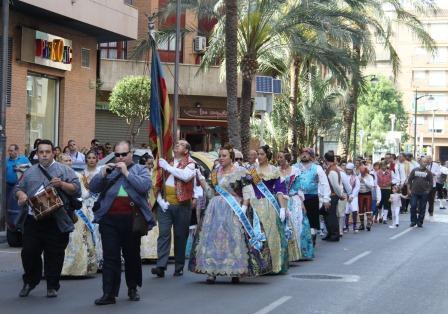 Alrededor de las seis de la tarde, los presidentes y falleras mayores de las once comisiones de Mislata se concentraron en la Plaza de la Morería, donde comenzaron el recorrido por las calles de la localidad. FOTO: EPDA.