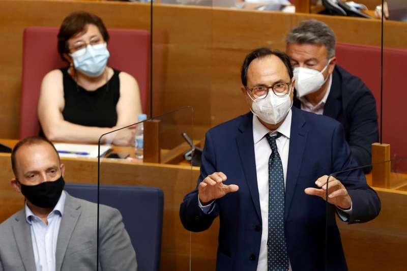 El conseller de Hacienda, Vicent Soler, interviene en la sesión de control, hoy miércoles, en la Cortes Valencianas.
