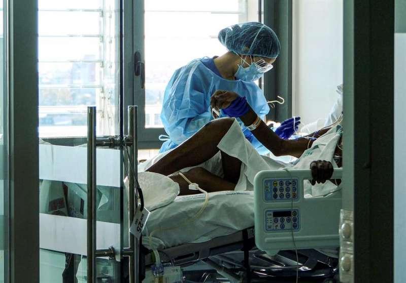 Un enfermo de Covid-19 es atendido por una fisioterapeuta en la UCI. EFE/ Cati Cladera/Archivo