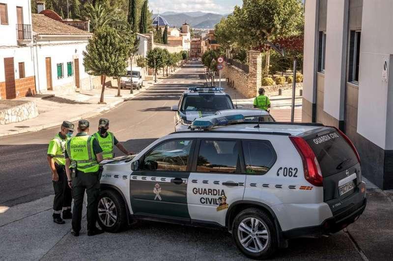 Una patrulla de la Guardia Civil realiza un control en uno de los accesos a la localidad valenciana de Benigànim. EFE