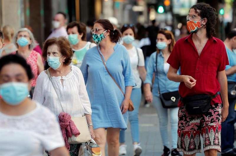 Varias personas caminan con mascarilla por un centro comercial. EPDA
