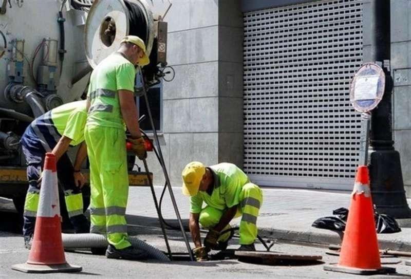 Varios operarios realizan un servicio de reparación en el centro de València. EFE