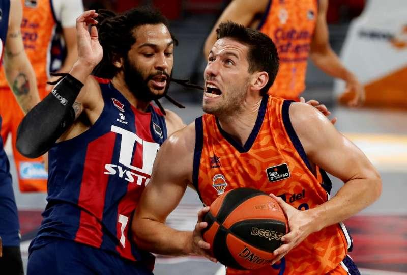 El basea belga del Valencia Basket Club Sam Van Rossom (d), y el base estadounidense del Baskonia Pierriá Henryen (i) en una jugada del partido correspondiente a la segunda jornada de los cuartos de final de la Liga Endesa . EFE/