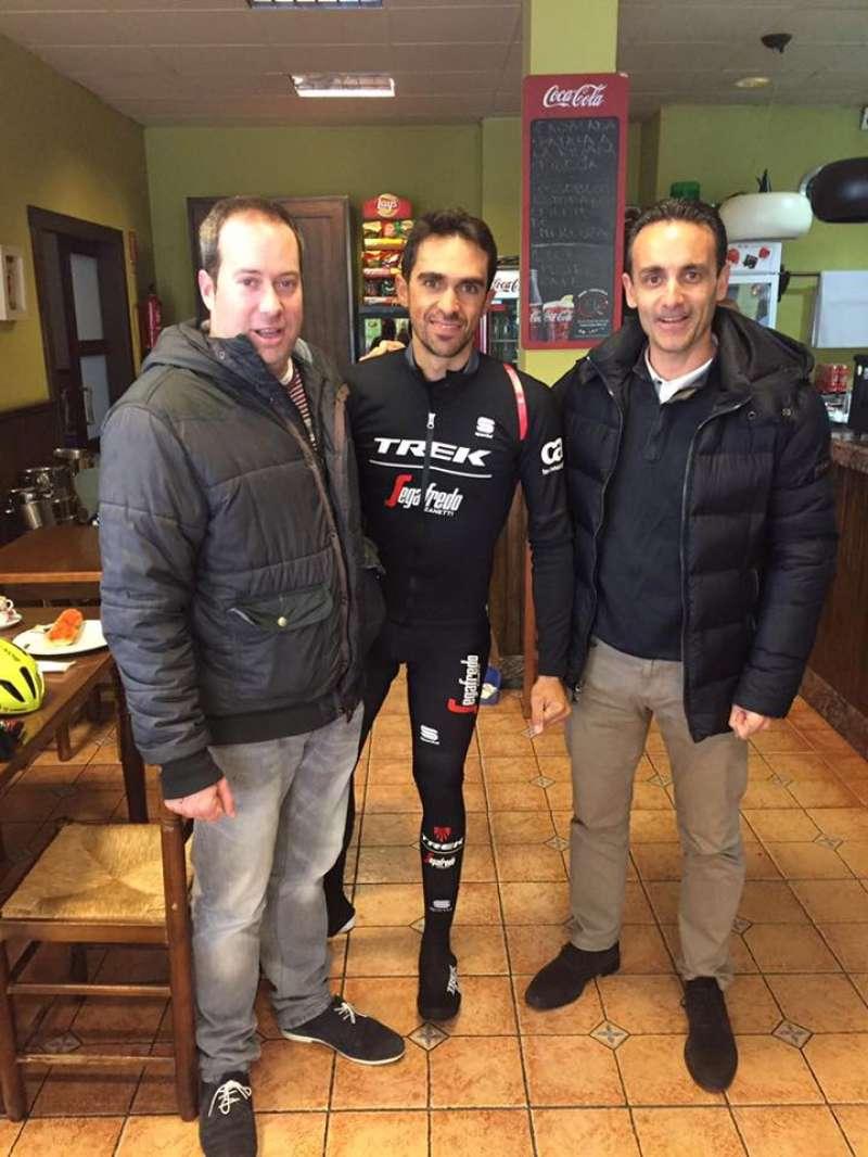 Víctor Navarro y Alberto Contador en Nàquera. //EPDA