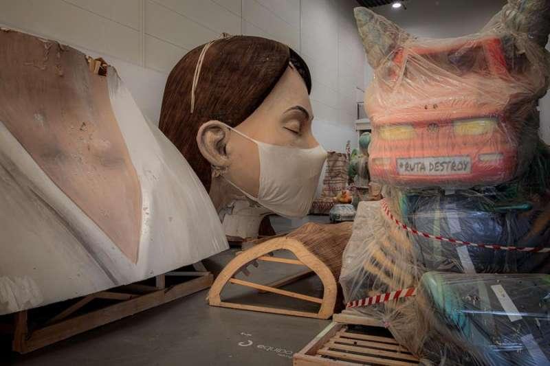 En la imagen, el busto de la falla municipal, que se salvó del fuego el pasado mes de Marzo, almacenado en La Marina de València. EFE/Biel Aliño/Archivo