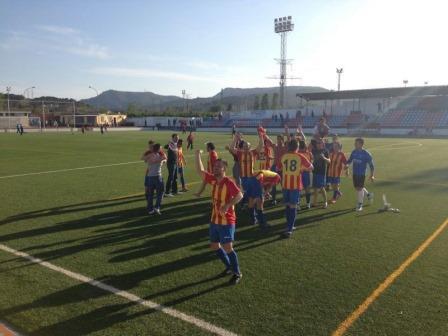 Celebración del ascenso tras conseguir la victoria por (0-1) contra el C.F. Romeu Sagunto. Foto: EPDA.