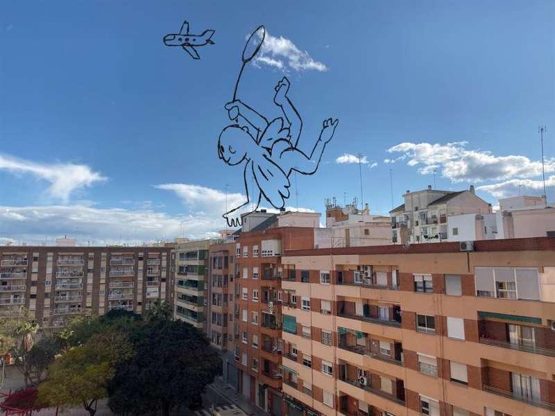 El vidrio como soporte y el paisaje como lienzo es la propuesta que la arquitecta Sonia Rayos y la artista Silvana Andrés han lanzado para que los ciudadanos, y especialmente los más pequeños de la casa, transformen sus ventanas durante el confinamiento. EFE