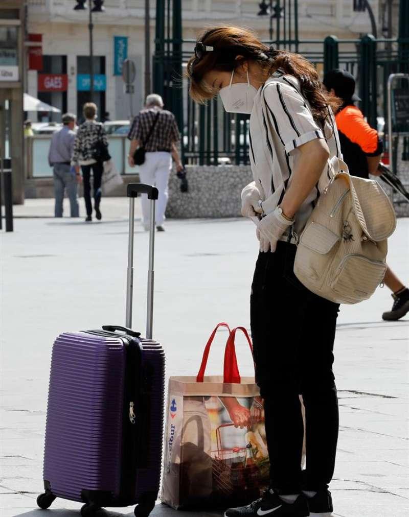 Una persona se dispone a acceder a la Estación del Norte de València en una imagen de archivo. EFE