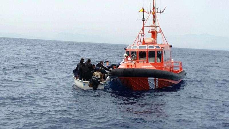 Fotografía facilitada por la Guardia Civil, del rescate de diez inmigrantes. EFE/Archivo