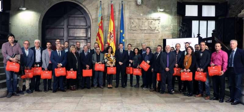 El presidente entregó los equipos en el Palau de la Generalitat