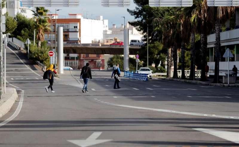 Tres personas se van andando desde el aeropuerto de València EFE/Manuel Bruque