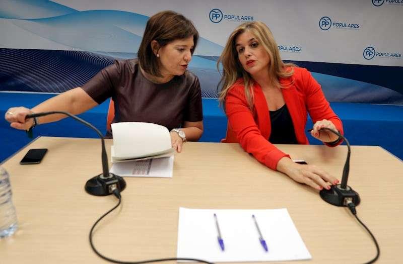 La presidenta del PPCV, Isabel Bonig (i) y la secretaria general, Eva Ortiz. EFE/Kai Försterling/Archivo