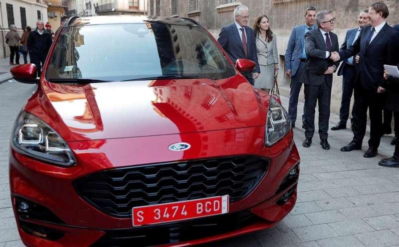 Imagen de archivo del president de la Generalitat, Ximo Puig (d), saludando al presidente de Ford Europa, Stuart Rowley, junto al nuevo Kuga híbrido enchufable cuya fabricación se lleva a cabo en la factoría de Almussafes (Valencia). EFE/Kai Försterling