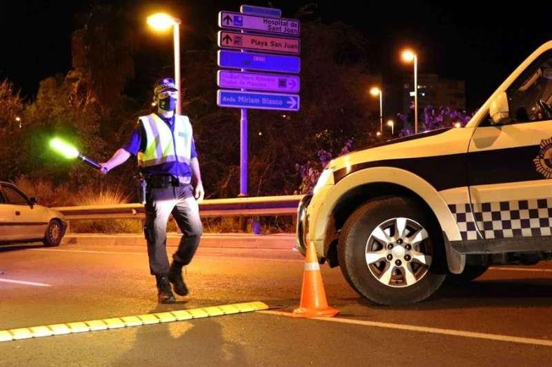 Foto facilitada por la Policía Local de Alicante de un control nocturno.