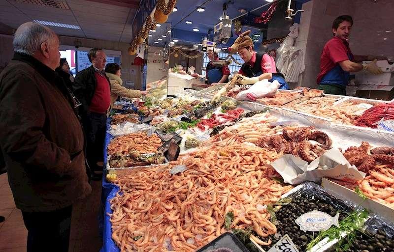Clientes compran pescado y mariscos para la cena de Nochebuena.EFE/Archivo
