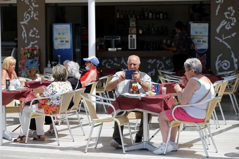 Varios turistas en una terraza de Benidorm (Alicante). Archivo/EFE / Manuel Lorenzo