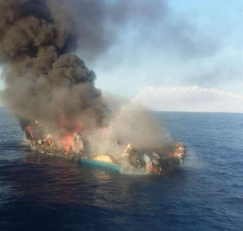 La nave en llamas, en una imagen facilitada a EFE.