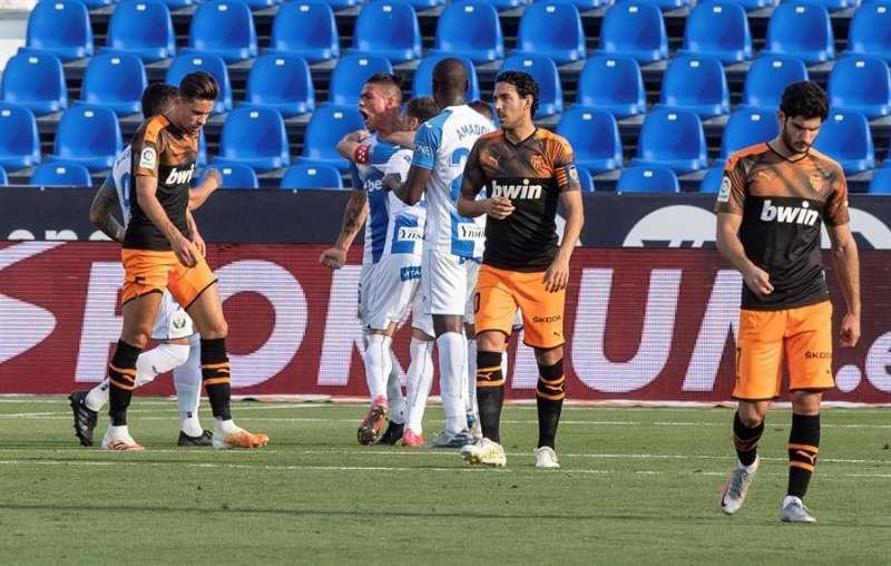Los jugadores del Leganés celebran tras marcar ante el Valencia, durante el partido de Liga en Primera División que disputaron en el estadio de Butarque, en Leganés. EFE/Rodrigo Jiménez