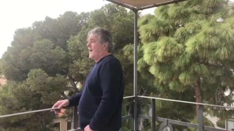 Francisco interpreta el himno de la Comunitat Valenciana desde su balcón.