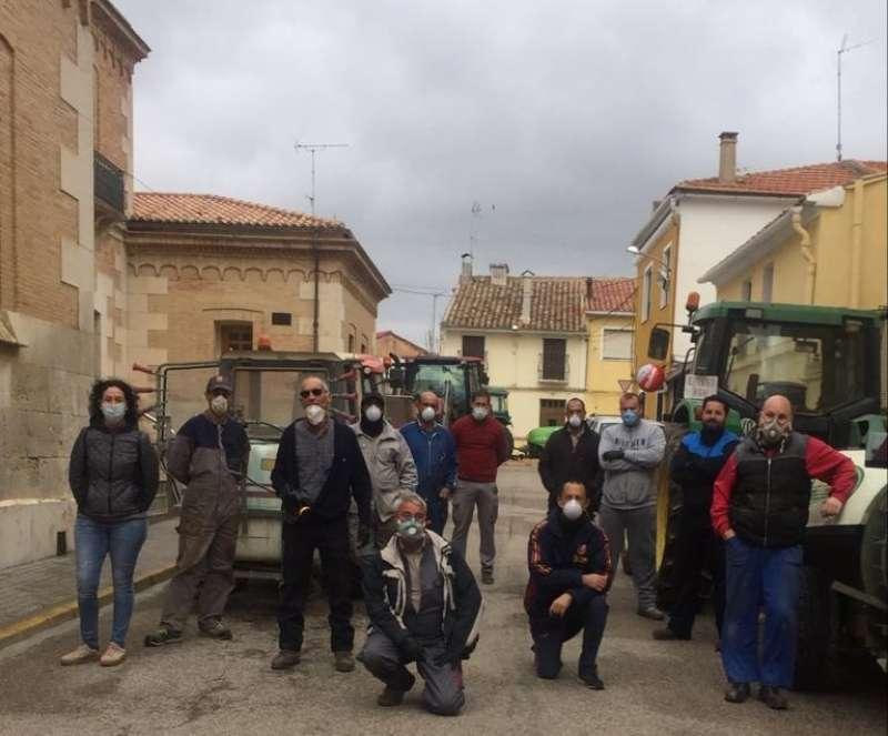 Voluntarios de Camporrobles desinfectando las calles de la localidad