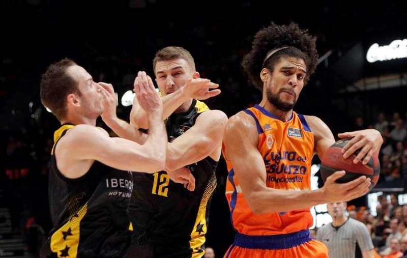 El ala-pívot del Valencia Basket, Louis Labeyrie, pelea por la pelota con los jugadores del Iberostar Tenerife, Marcelinho Huertas (i) y TomaszGielo. EFE/Archivo