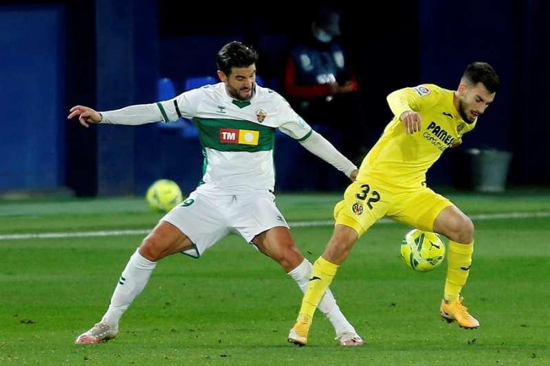 El defensa del Elche Antonio Barragán (i) lucha con Alejandro Rodríguez, del Villarreal, en un encuentro anterior entre ambos equipos. EFE/ Domenech Castelló