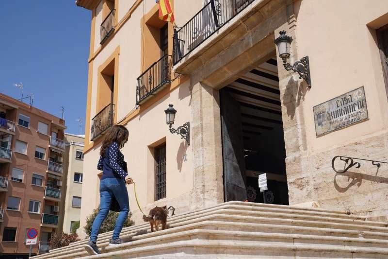 Una vecina con su mascota en Paterna