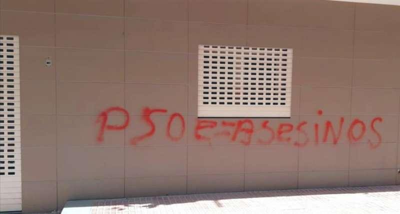 Una imagen de la pintada en la sede del PSPV-PSOE de Benidorm, facilitada por el partido. EFE