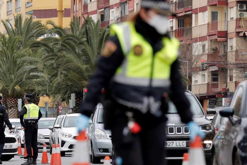 Una agente de la Policía Local durante un control. EFE/Archivo