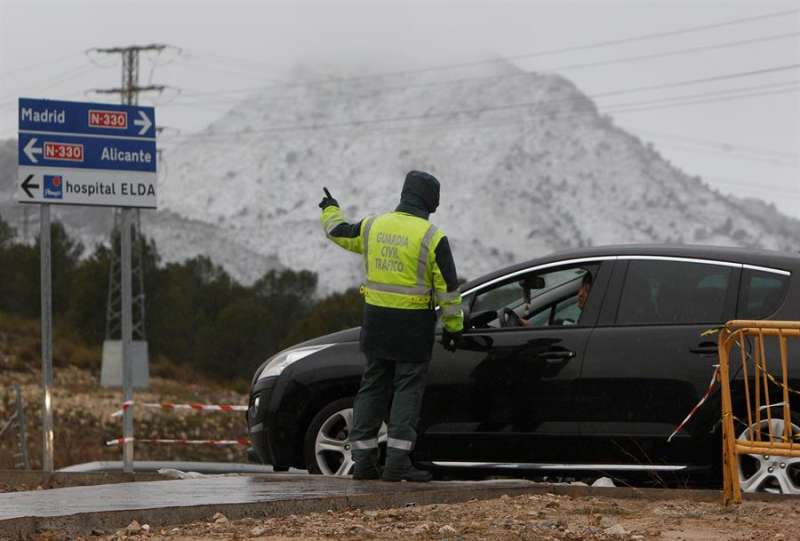 Un agente de la Guardia Civil en un acceso a Elda. EFE