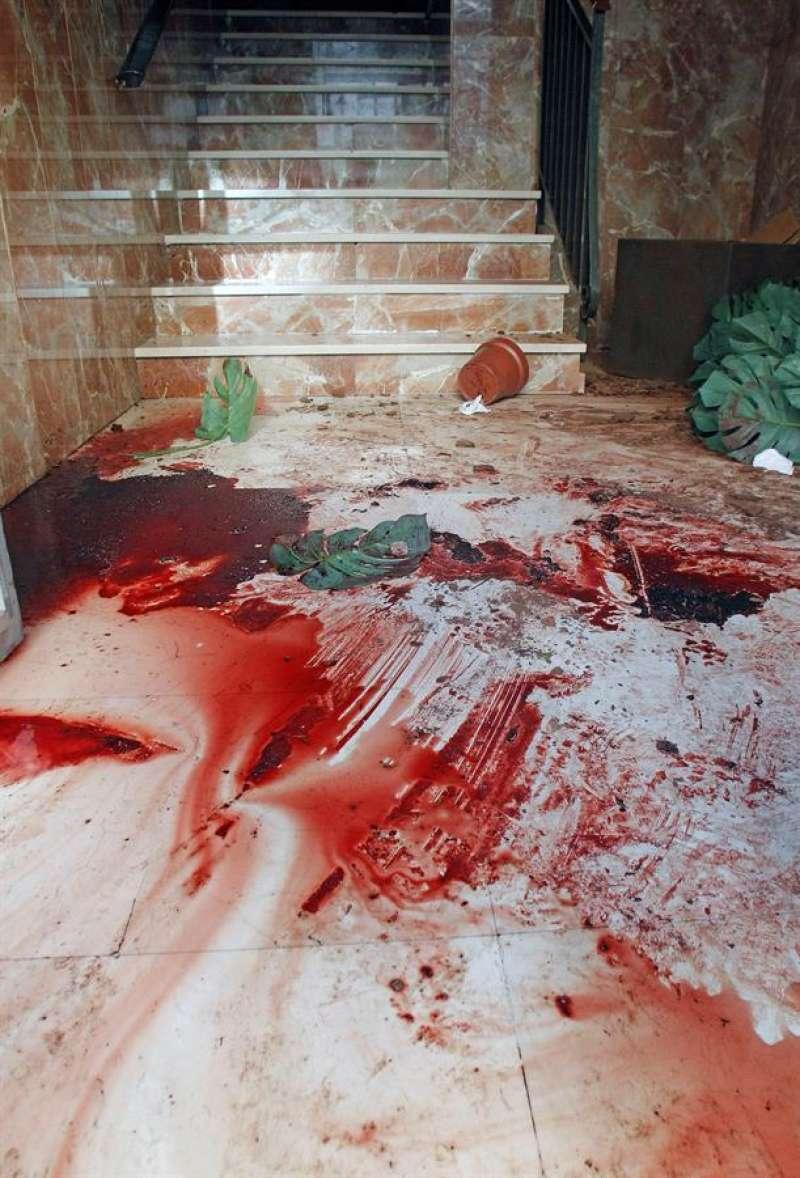 En la imagen, restos de sangre en el portal de la vivienda de Alcoy donde sucedieron los hechos. EFE