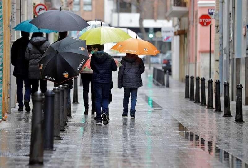 Un grupo de personas pasea por una calle del barrio de Velluters de Valéncia. EFE