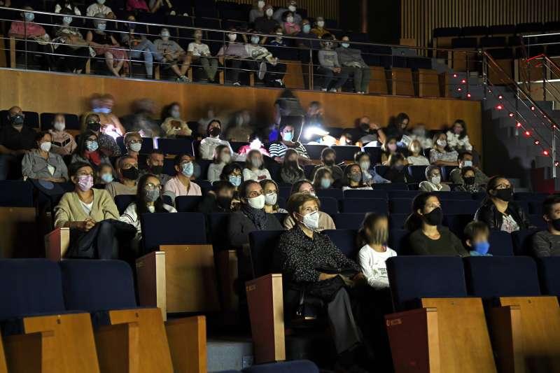 Usuarios viendo un espectáculo en PAiporta