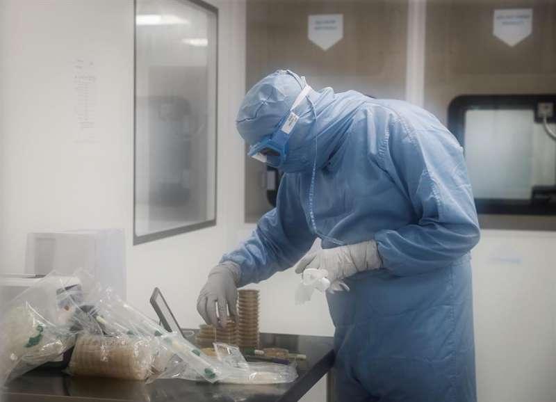Un investigador trabaja en un laboratorio. EFE