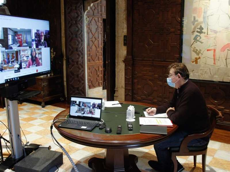 El president de la Generalitat, Ximo Puig, durante la videoconferencia con la consellera de Sanidad, Ana Barceló. EFE
