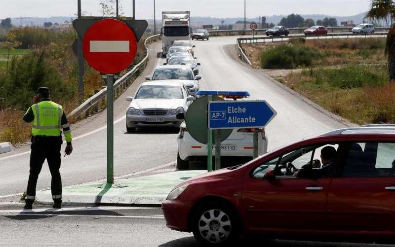 Atasco en Alicante por un accidente de tráfico. EFE