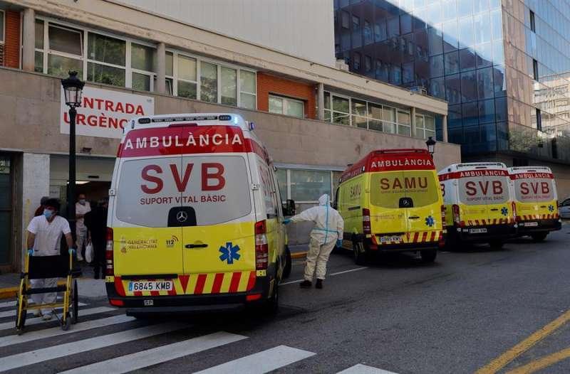 En la imagen, la entrada de urgencias del hospital Clínico de València, donde permanece ingresado el bebé. EFE