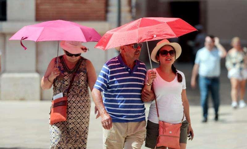 Varias personas se protegen del sol. EFE/Archivo