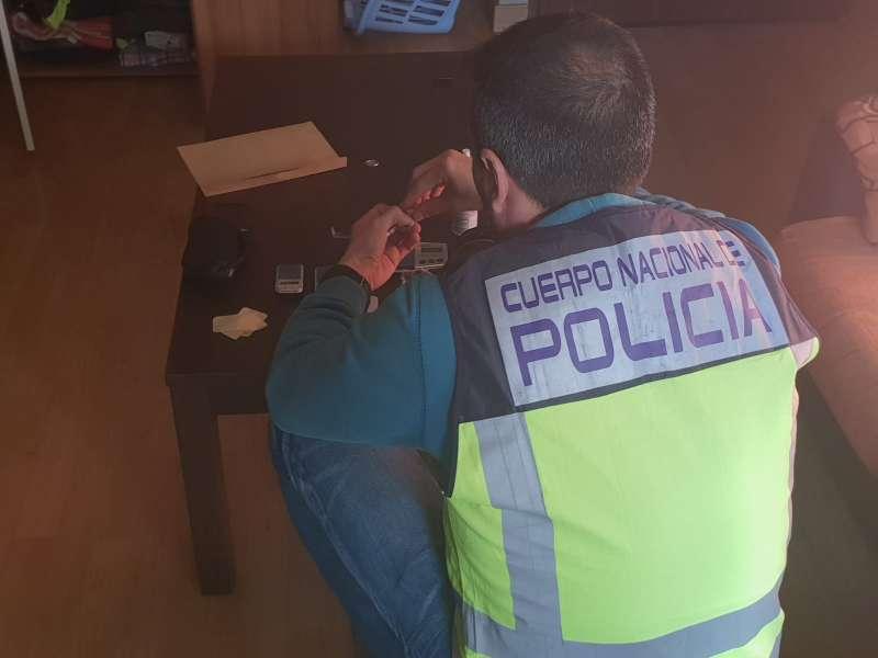 Agente de la Policía Nacional en el punto de venta desmantelado. EPDA