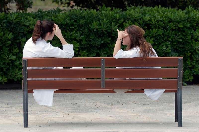 Imagen de archivo de dos sanitarias descansando en los alrededores del Hospital La Fe de València. EFE/Kai Försterling