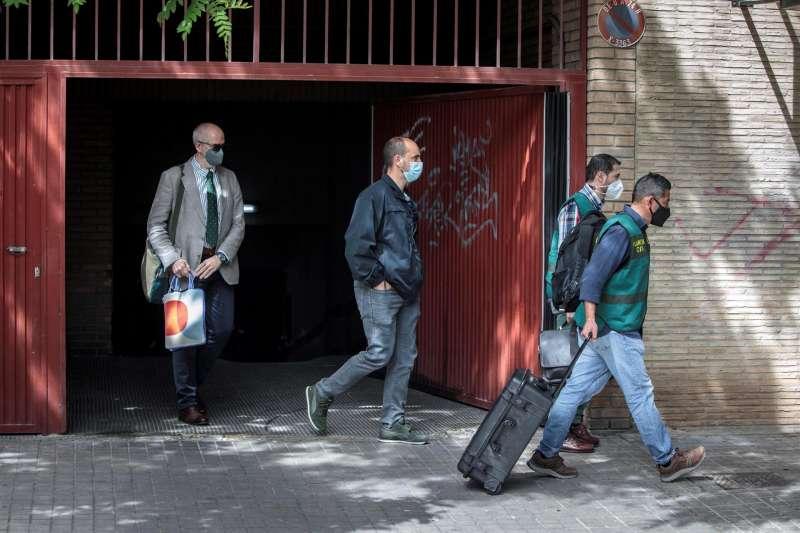 La Unidad Central Operativa (UCO) de la Guardia Civil ha finalizado alrededor de las 16.10 horas el registro en la vivienda del ex subdelegado del Gobierno en Valencia Rafa Rubio, que ha abandonado la vivienda detenido y custodiado por los agentes.