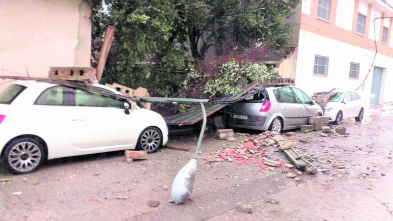 Una de las calles de Vilamarxant, tras el paso del tornado./ EPDA