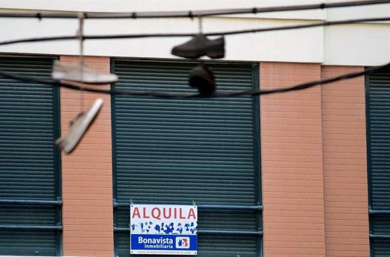Imagen del cartel de una vivienda en alquiler. EFE/Jorge Gil/Archivo