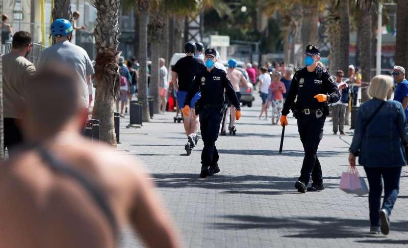 Agentes patrullando en Benidorm. EFE