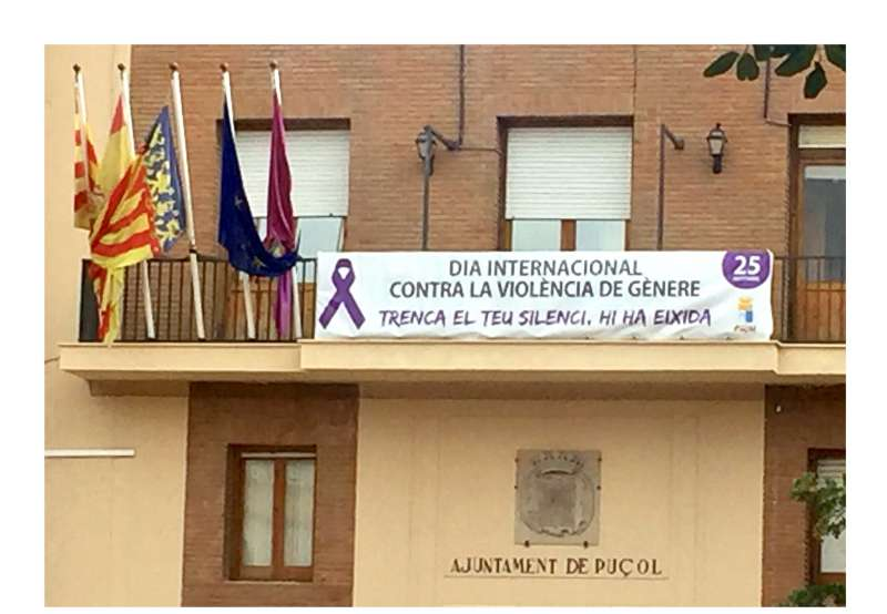 Pancarta del 25N en el balcón del Ayuntamiento de Puçol. EPDA